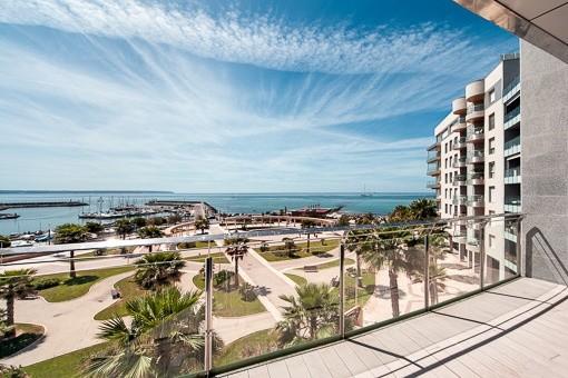 Apartamento de lujo con 4 dormitorios para estrenar directamente en la playa de Portixol
