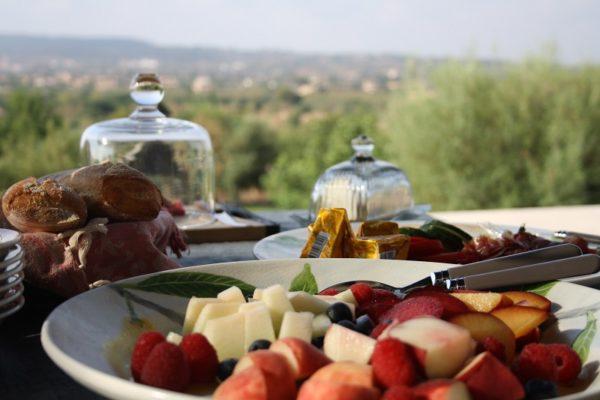 ¡Buenos días sol! Con un desayuno delicioso, su día en la casa de campo vacacional empezará de manera perfecta, y usted ni siquiera tiene que poner la mesa. Foto: Caroline Fabian privatecooking-mallorca.com