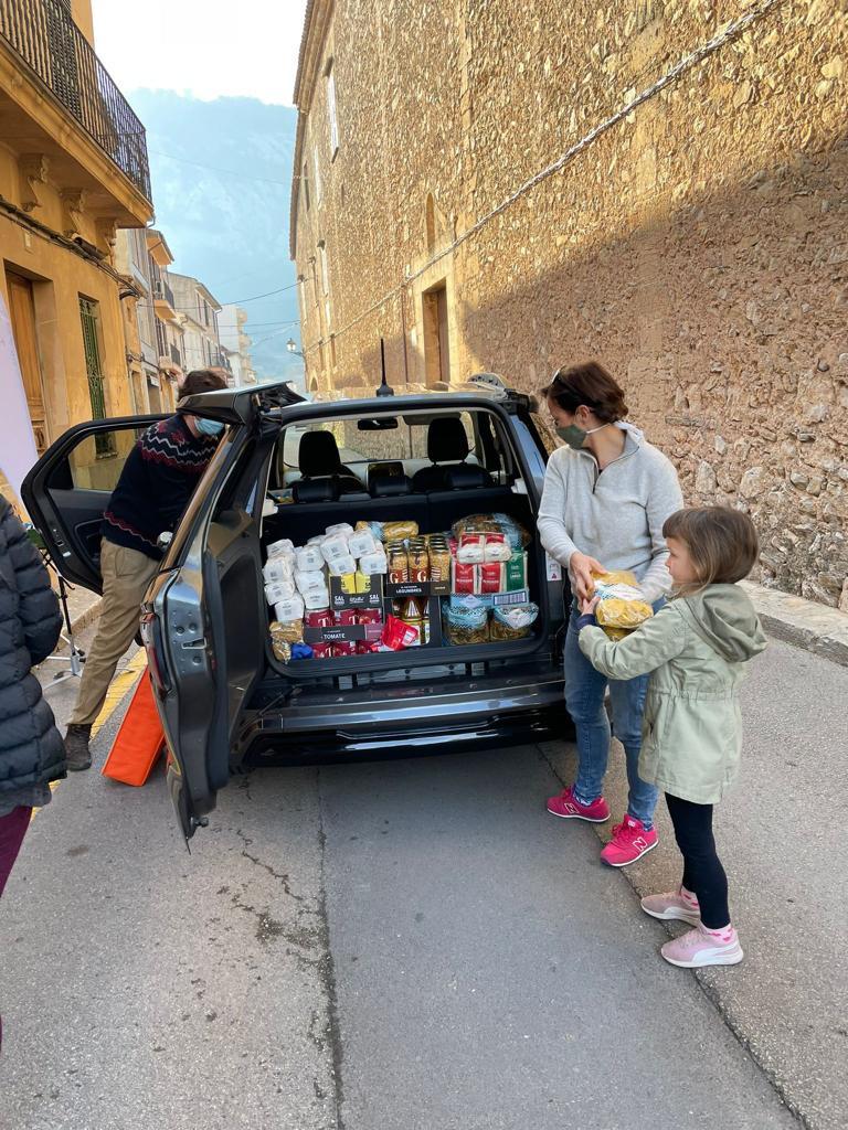 Nicky Neumann apoya activamente la distribución de alimentos de Hope Mallorca en Pollensa