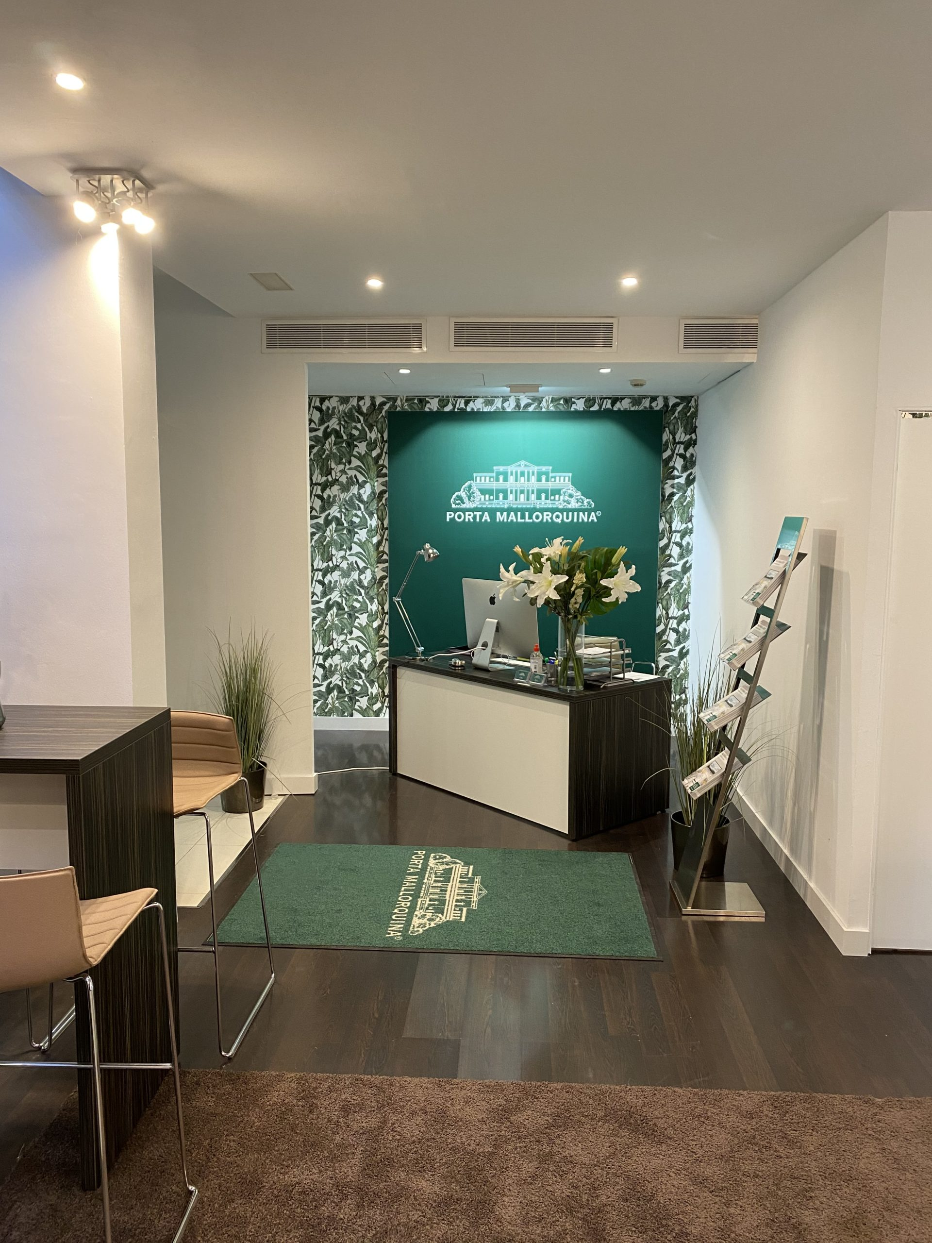 La llamativa pared verde con el logotipo es una característica distintiva de todas las oficinas de Porta Mallorquina. La agencia cuenta actualmente con ocho sedes en Mallorca.