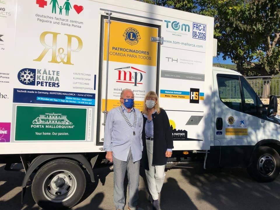El camión del Club de Leones recorre la isla semanalmente recolectando alimentos para los necesitados.