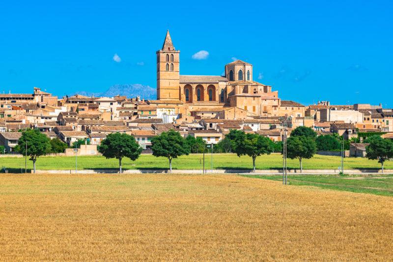 """Sineau es la """"capital"""" del centro de la isla, el corazón de Mallorca. Los miércoles, el mercado agrícola más grande de la isla tiene lugar aquí. [/ Caption]"""