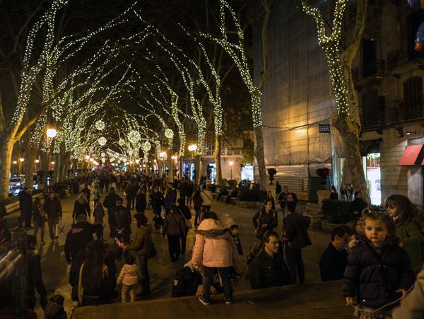 En el primer fin de semana de Adviento, muchos lugareños vienen al casco antiguo para admirar las luces.