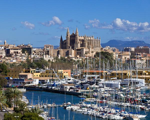 La capital Palma no sólo es muy popular entre los viajeros .