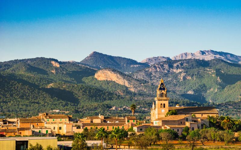 Las estribaciones de la Tramuntana, campos, viñedos y pueblos idílicos caracterizan el paisaje del centro de Mallorca. Imagen: Shutterstok