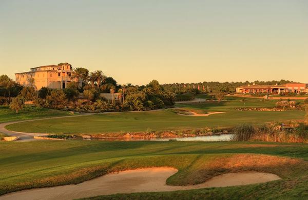 Tarde en el campo de golf de Son Gual en Mallorca.Vista desde el agujero 18 hacia el Palacio y la casa club.(Foto: Son Gual)