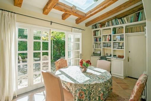 Idílica zona de estar con ventanas panorámicas