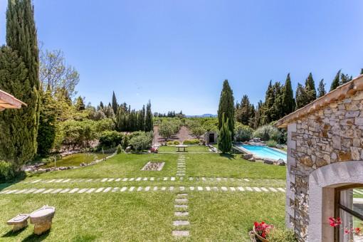 Vistas als jardín y la zona de la piscina