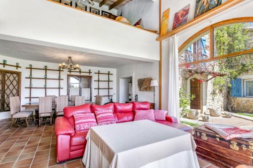 Sofá colorido en la sala de estar