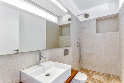 Moderno y nuevo baño con ducha
