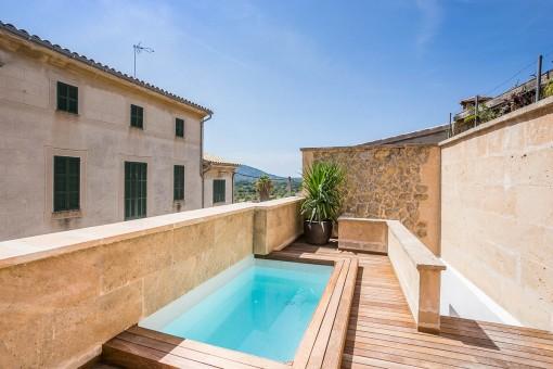 Terraza con piscina idílica