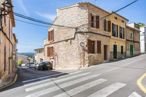 Casa de la esquina con fachada de piedra