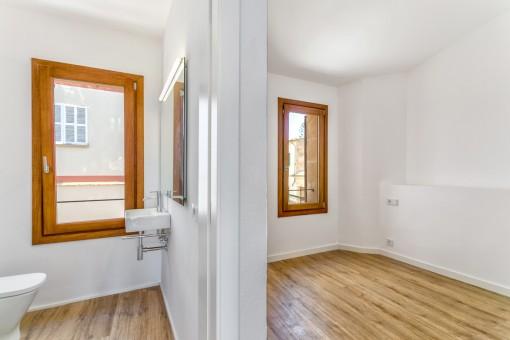 Bonito dormitorio con baño en suite