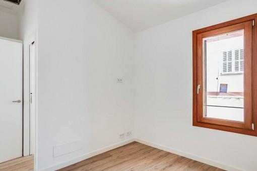 Luminoso dormitorio con ventana