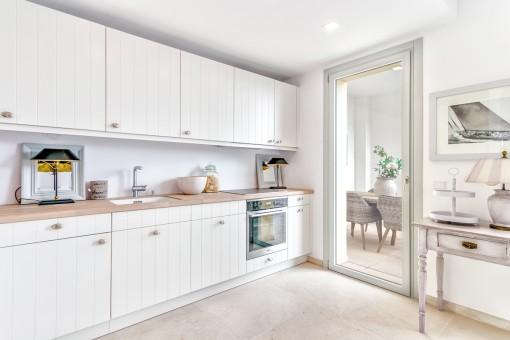 La cocina diseñado de buen gusto tiene acceso a la terraza