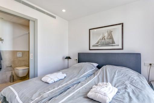 Dormitorio confortable con baño en suite