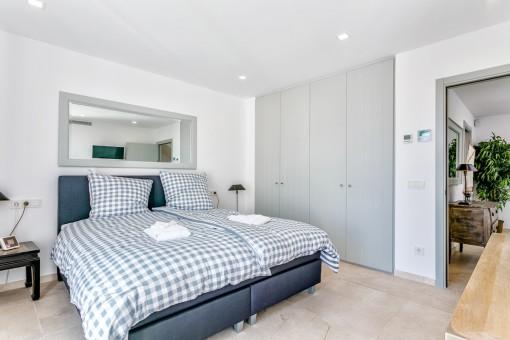 Este dormitorio acogedor tiene un armario empotrado