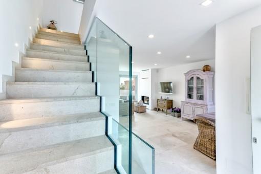 Una escalera lleva desde el salón-comedor abierto a la planta superior
