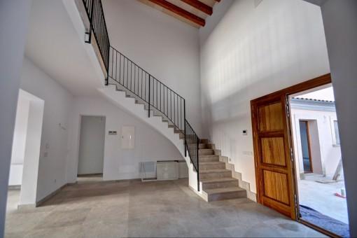 Una escalera lleva desde la entrada a la planta superior