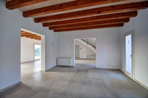 Otra habitación con vigas de madera