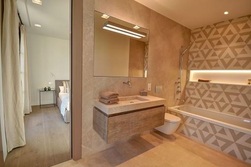 Moderno baño en suite con bañera para los días más fríos