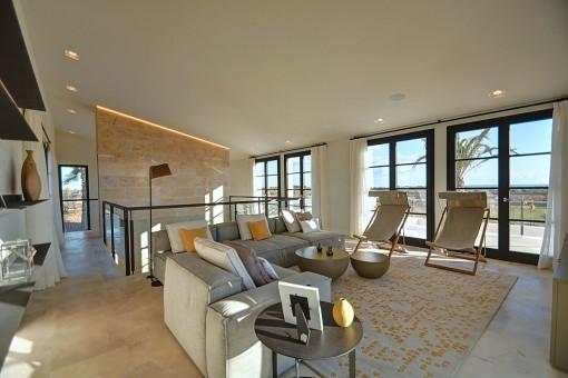 Acogedora zona de relax en la planta superior con acceso a la terraza