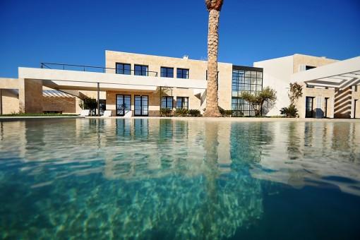 Amplia piscina desbordante de agua saldada