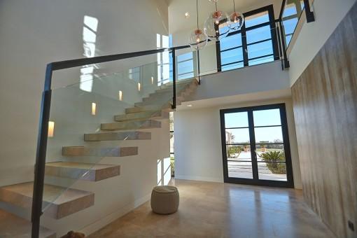 Una escalera lleva a la galería en la planta superior