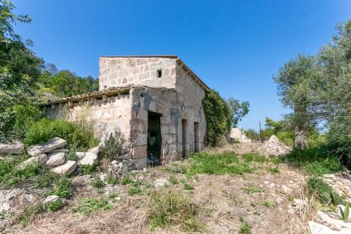 Las ruinas viejas están en el punto más alto del terreno