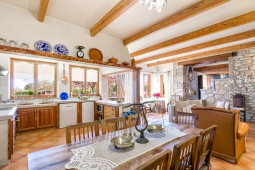 Larga mesa comedor en frente de la cocina