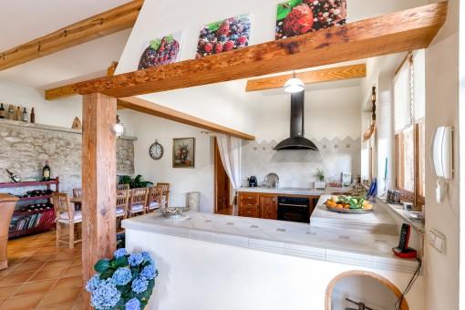 Cocina rústica con isla central