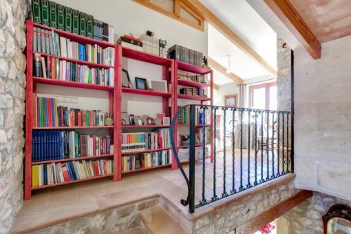 Biblioteca en la planta superior
