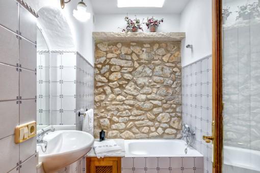 Bonita pared de piedra natural en el baño