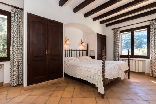 Acogedor dormitorio doble con aramarios empotrados