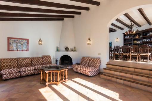 Sala de estar con un rincón con chimenea