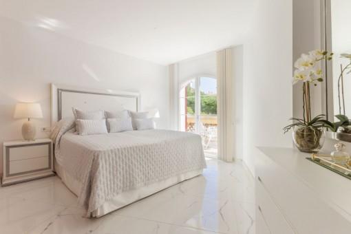 Hermoso dormitorio con acceso a la terraza