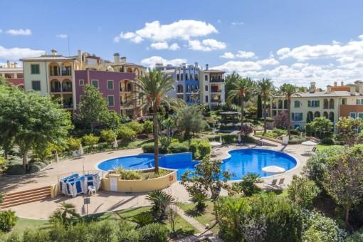 Piso impresionante con terraza privada y piscina comunitaria en un complejo de Bendinat