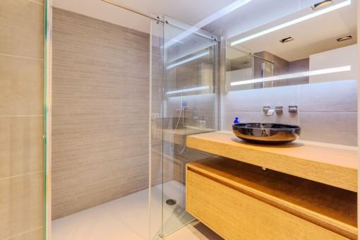 El apartamento ofrece 3 baños en la planta superior