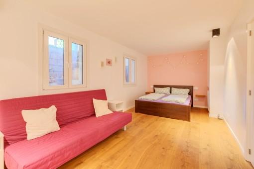 Dormitorio con zona de estar separada