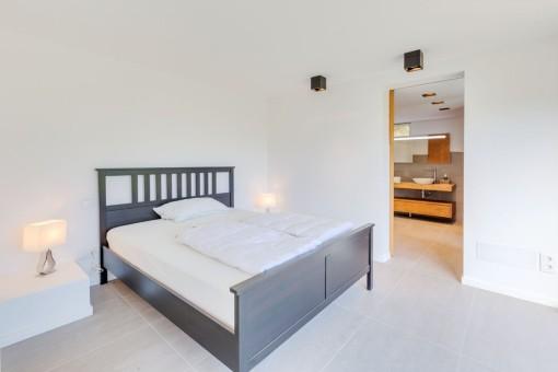 Este dormitorio en la planta baja ofrece und baño en suite