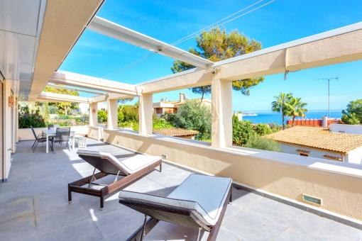 Piso reformado con 4 dormitorios, jardín privado y magníficas vistas al mar en Cas Catala