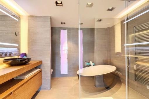Baño moderno con jacuzzi