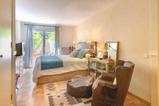 Acogedor dormitorio doble con terraza