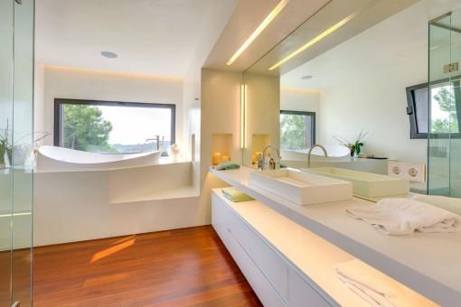Baño de lujo con vistas panorámicas