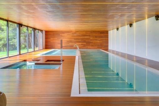Vista alternativa de la piscina interior