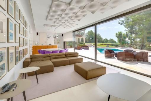 Zona de estar con acceso directo a la terraza de piscina