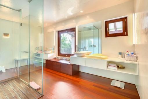 El baño ofrece amplio espacio