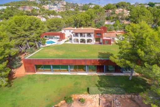 Moderno chalet de ensueño con un solar grande y una piscina interior en Son Vida