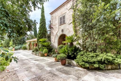 Gran chalet en la tranquilidad de un admirable jardín botánico, junto al valorado Alaró, con piscina y un apartamento independiente.