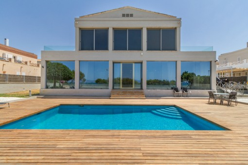 Vista exterior del chalet con piscina